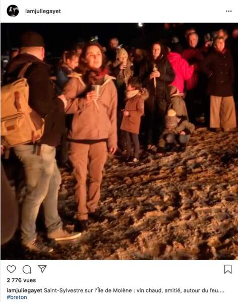 Julie Gayet a réveillonné avec des habitants de Molène devant le traditionnel feu de joie sur la plage