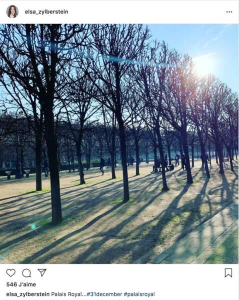 Balade aussi pour Elsa Zylberstein, mais sous les arbres du jardin du palais-Royal, à Paris