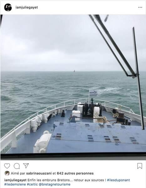 Julie Gayet sur le bateau qui la mène à Molène