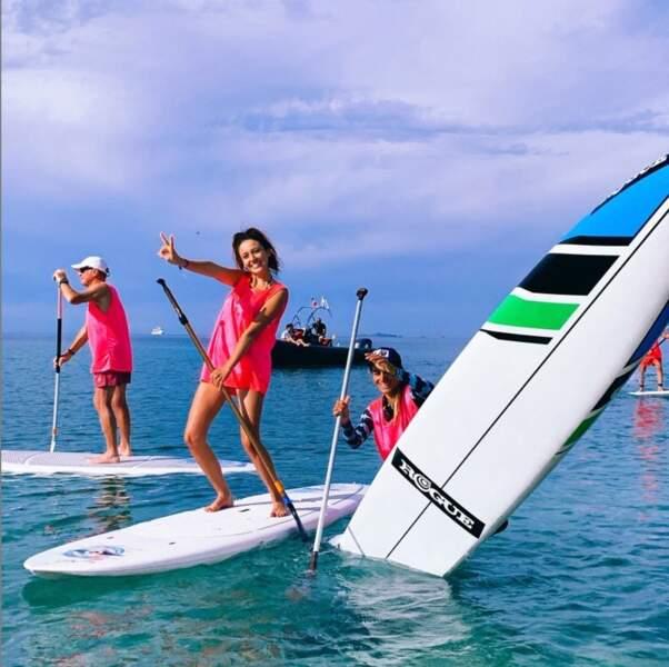 Très sportive, la voici en train de faire du paddle en Corse