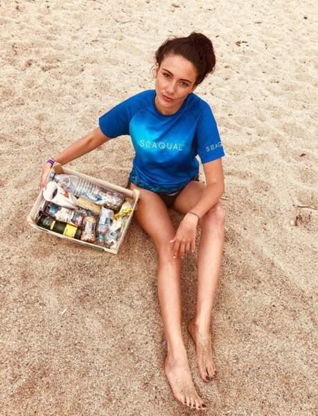 Engagée, la jolie rousse nettoie les plages envahies de déchets...
