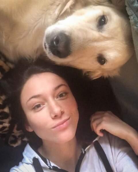 Delphine Wespiser, très proche de son chien, passe du bon temps en sa compagnie