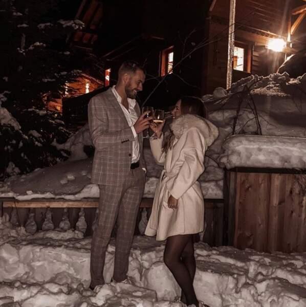 Quoi de mieux que de trinquer dans la neige avec son amoureuse ? Hein, Julien Bert ? Avec Hilona, c'est l'amour à la montagne…