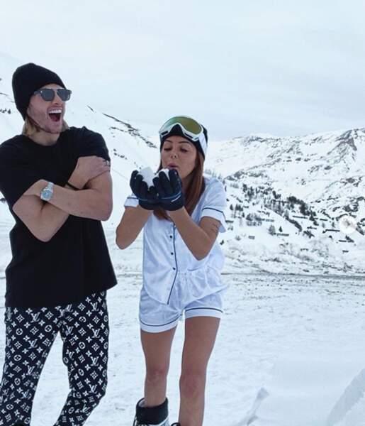 Dylan et Fidji s'éclatent au ski... En tenue légère ! Insolite.