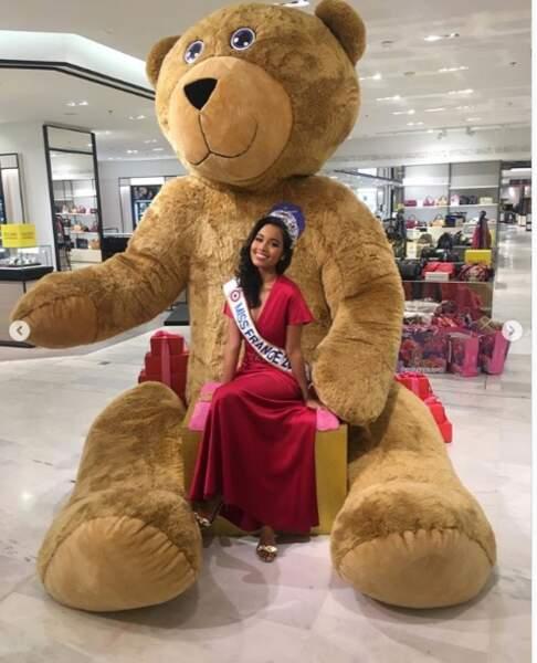 Plus de WTF : Miss France a fait un câlin à un ours géant