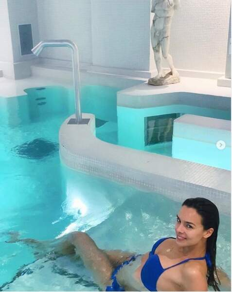 Marine Lorphelin en bikini à la piscine