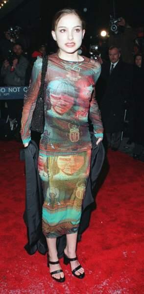 Elle enchaîne les tapis rouges mais ne semble pas (encore) à son aise : il faut dire que la mode de 1997 a de quoi faire peur !