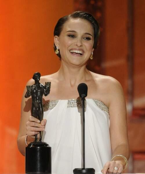 2011 : consécration pour l'actrice interprétant une danseuse étoile, sacrée meilleure actrice dans un premier rôle à l'occasion de la 17è cérémonie des Screen Actors Guild Awards à Los Angeles