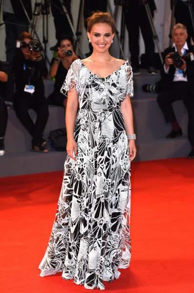 """En 2016, l'actrice enchaîne les tapis rouges pour présenter le film """"Jackie"""" où elle incarne l'ex première dame avec brio"""