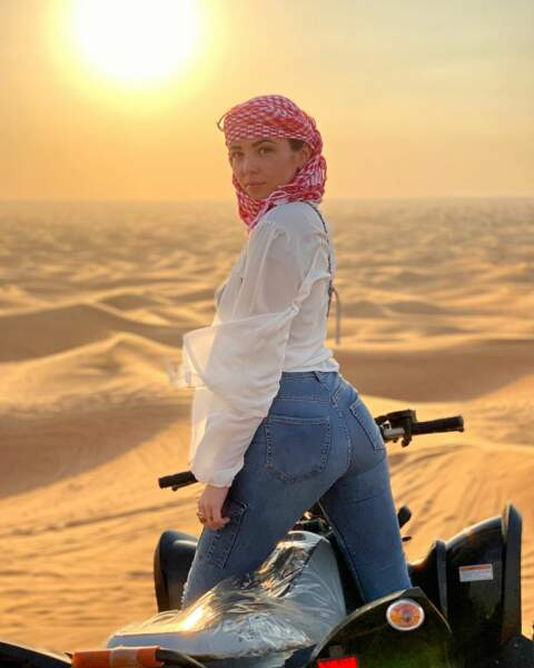 Elle préfère largement prendre du plaisir en voyageant dans le monde entier... comme ici en Arabie Saoudite...
