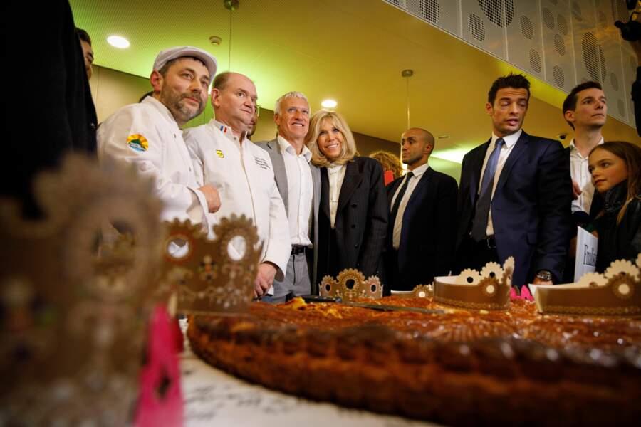 Brigitte Macron et Didier Deschamps ont ensuite participé à la dégustation d'une galette des rois géante