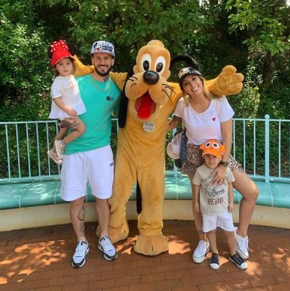 La petite famille au complet au parc d'attraction... avec Pluto !