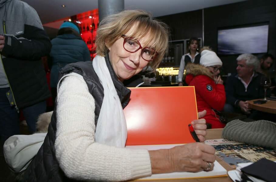 """Marie-Anne Chazel en train de signer le livre : """"Les Bronzés, la véritable histoire"""""""