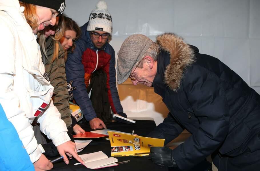 """Patrice Leconte en train de signer le livre : """"Les Bronzés, la véritable histoire"""""""