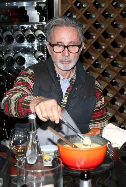 Thierry Lhermitte appréciant une fondue savoyarde