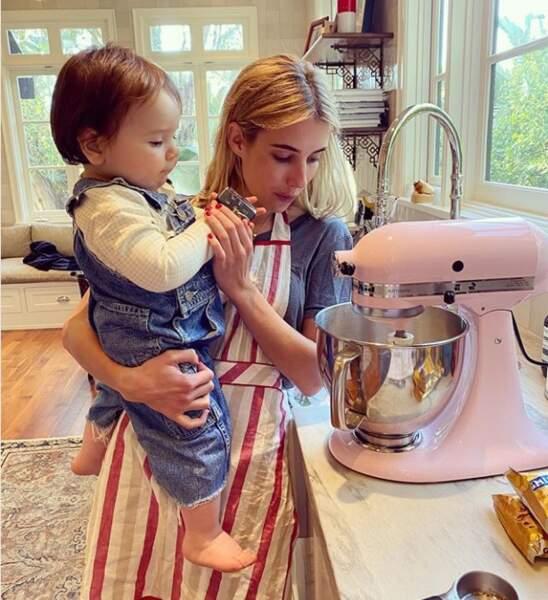 Cours de cuisine chez Emma Roberts