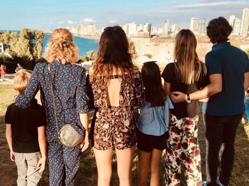 Ou Tel Aviv, toujours avec sa tribu, mais vous ne verrez sa famille recomposée que de dos !