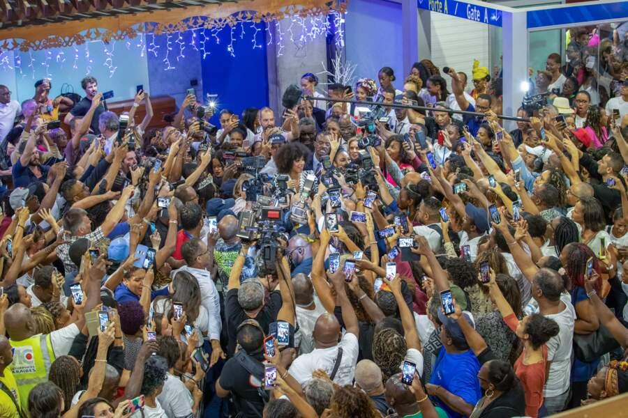 Une foule d'appareils photos lors de l'arrivée des Miss à l'aéroport