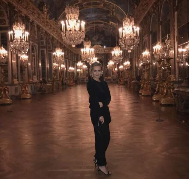 De sa vie professionnelle, on découvre les lieux de prestige qu'elle a pénétré pour des interviews, comme le château de Versailles…