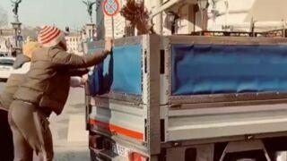 Memphis Depay : la star de l'OL vient en aide à un automobiliste... et gagne une orange ! (VIDEO)