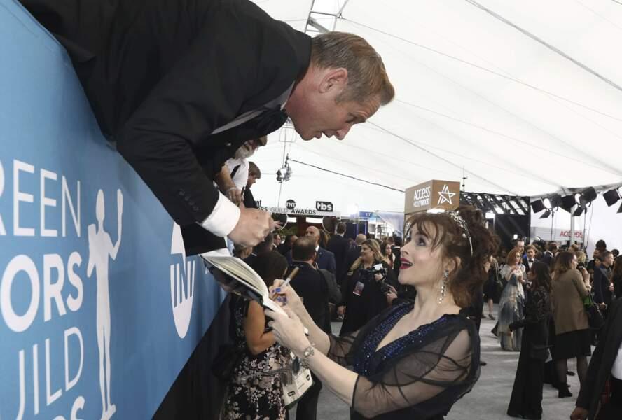 Helena Bonham Carter signe un autographe à un fan très... téméraire !