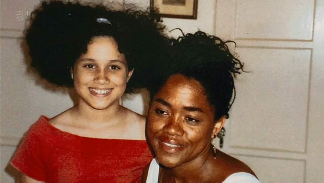 Une adolescente complice avec sa maman