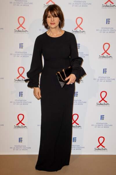 Monica Bellucci, tout de noir vêtue.
