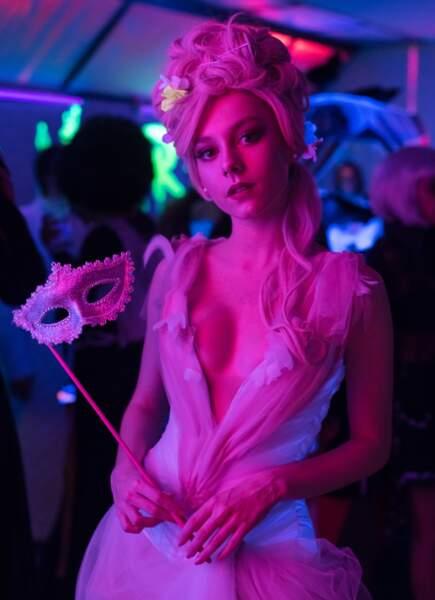 La belle Carla d'Elite, surnommée la Marquise, fait tout pour obtenir ce qu'elle désire… Si c'est vous, vous passerez une nuit caliente !