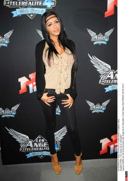 2012 : Nabilla participe aux Anges de la télé-réalité : Club Hawaï sur NRJ 12,