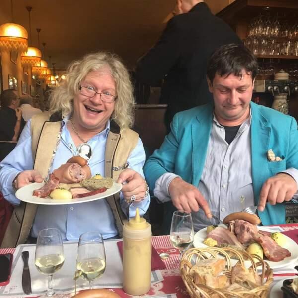 Pierre-Jean ne rate jamais l'occasion de faire une bonne bouffe avec ses collègues, comme ici avec Stéphane Vanhandenhoven.