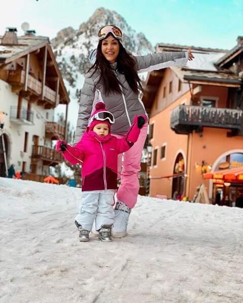 Julia Paredes fait découvrir les sports d'hiver à sa fille