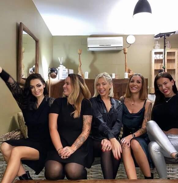 Emilie Nefnaf, Kelly Helard, Stephanie Clerbois, Julia Paredes et Julie Ricci passent un moment ensemble sur le tournage de Mamans et célèbres