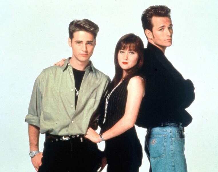 """Brenda, entourée de son frère Brandon (Jason Priestley) et Dylan (Luke Perry), """"l'âme-sœur de Brenda"""" selon la comédienne"""