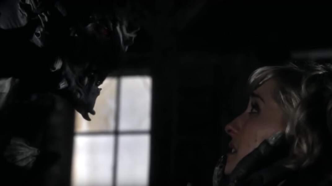 Smalville (saison 8, épisode 10) : lors du mariage de Chloé et de Jimmy, celle-ci se fait enlever par une créature maléfique et mystérieuse