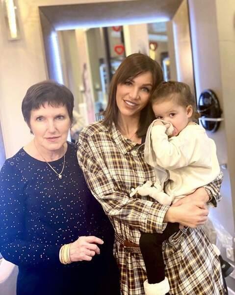 Julia Paredes (Mamans et célèbres) a changé de coupe de cheveux en famille. Elle est allée chez le coiffeur avec sa fille et sa maman
