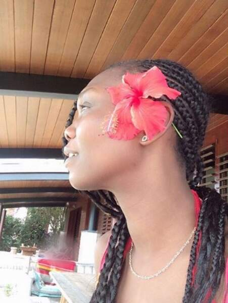 Et la petite fleur dans les cheveux, hommage à ses origines antillaises, on adore