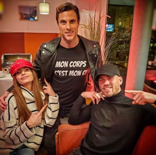 """Kevin pose avec Cloé et Virgil sur le tournage des Anges 12, sans oublier son tee-shirt : """"Mon corps, c'est mon CV""""."""