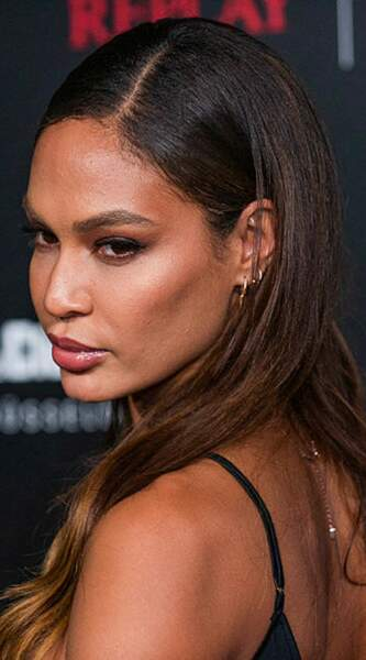 Pose naturelle pour la top Joan Smalls