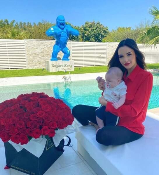 Nabilla, elle, a fait le combo bébé et chien (si, si, Pita est bien sur cette photo).