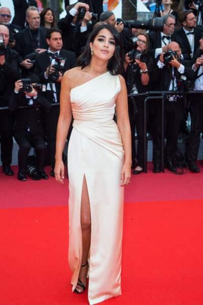 Leila Bekhti arrive au Festival de Cannes 2019 dans une robe Céline dessinée par Hedi Slimane.