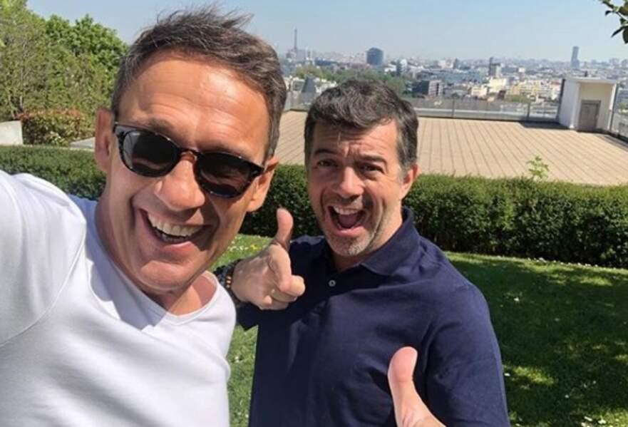 """Une petite pose avec son """"collègue"""" de M6 Julien Courbet, lors du tournage de leur émission """"La meilleure offre"""""""