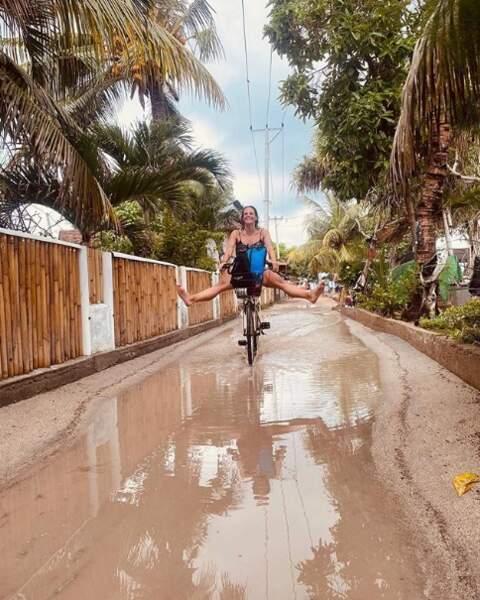 Allez, on vous laisse : Laure Manaudou nous attend pour faire du vélo dans les flaques.