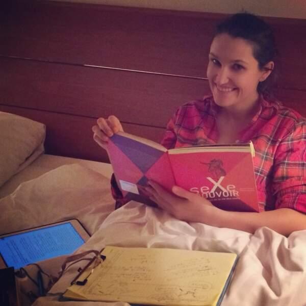 Mais le travail n'est jamais loin et Alexandra est studieuse, même au lit.