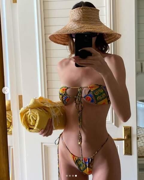 Kendall Jenner en mini bikini. Avec…