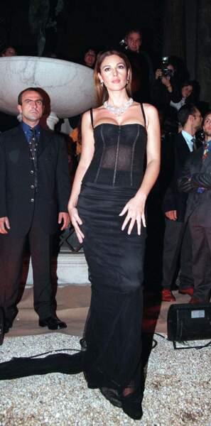 Cheveux lisses et décolleté sexy en 1998