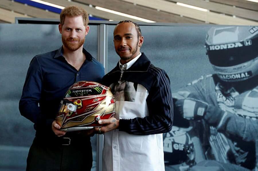 Tandis que Harry lui inaugure un musée automobile avec le coureur Lewis Hamilton