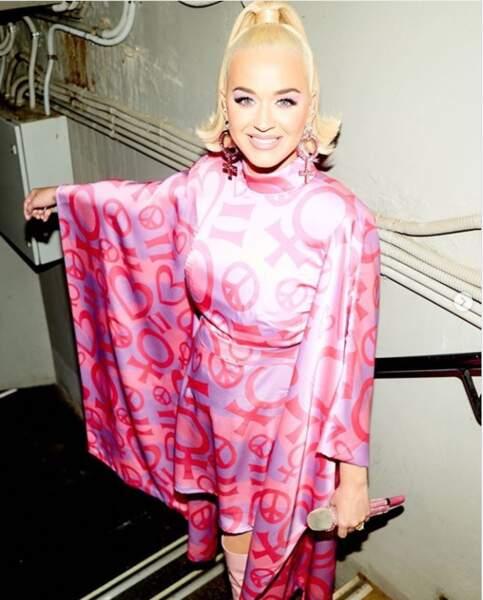 """Cette semaine, la planète people aime le rose et le montre. Ici Katy Perry très """"girl and peace"""""""