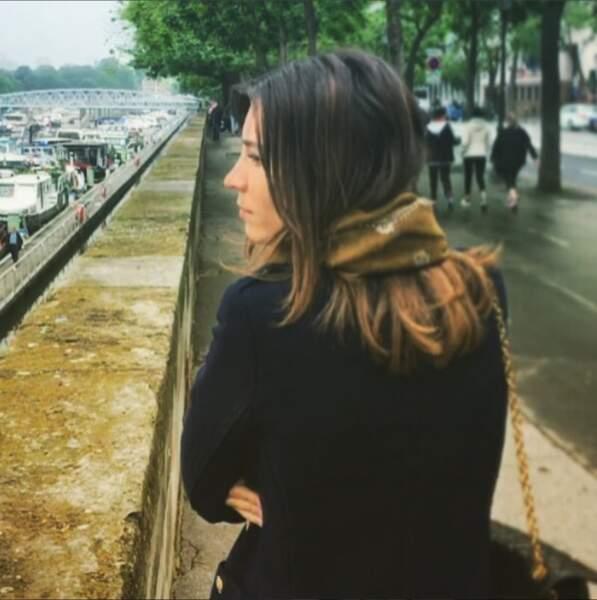 Alexandra Roost sur les quais de Seine, pensive...