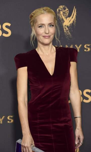 Chignon tressé et petite robe en velours bordeaux, Gillian se la joue romantique aux Emmy Awards 2017