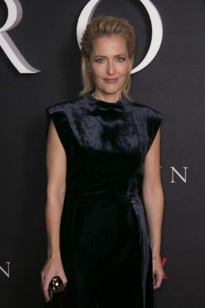 Hyper glamour dans sa robe noire, Gillian assiste à la première de la saison 3 de The crown à Londres en 2019